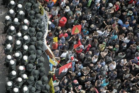 523567-des-manifestants-du-collectif-blockupy-s-opposent-le-1er-juin-2013-aux-policiers-a-francfort