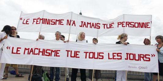 1425440_3_c215_des-militantes-feministes-derriere-une