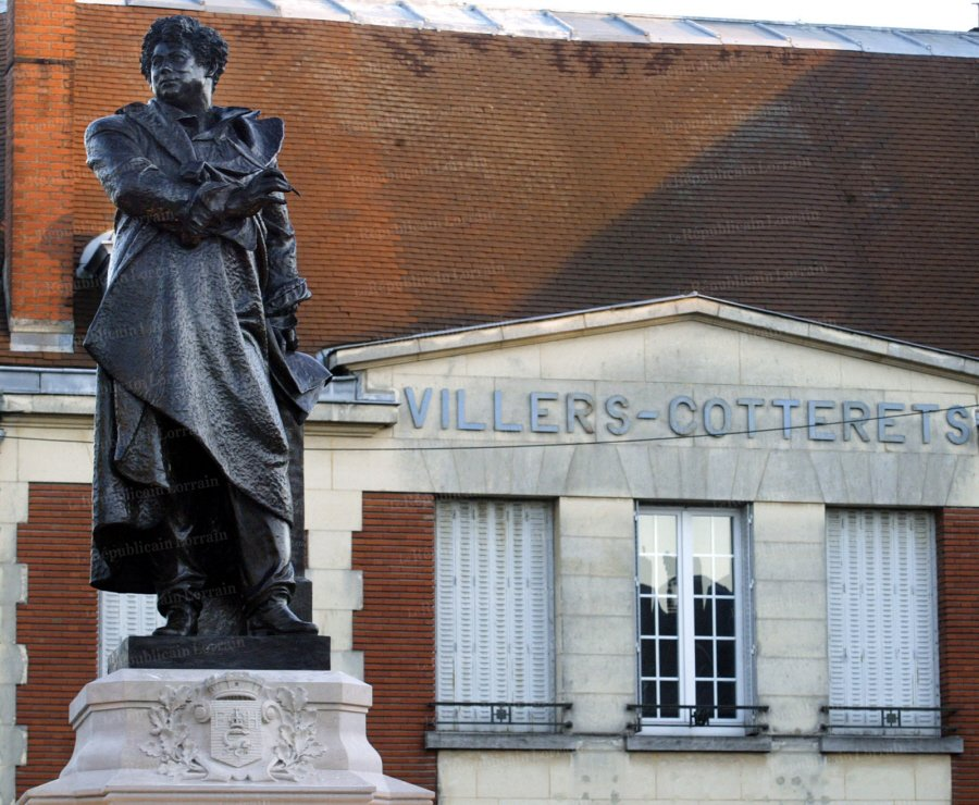 vue-de-la-statue-d-alexandre-dumas-inauguree-par-le-ministre-de-la-culture-renaud-donnedieu-de-vabres-le-11-decembre-2005-a-villers-cotterets-ville-natale-de-l-ecrivain-photo-afp-alain-julien