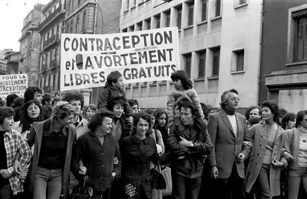 Une manifestation pour le droit à l'avortement et à la contraception à Grenoble, en 1973. PUECH MICHEL/SIPA