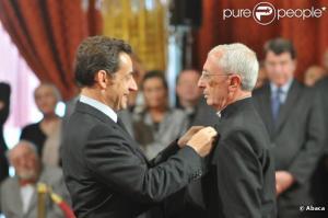 ... Où l'on voit l'abbé de la Morandais décoré de la légion d  'honneur par  ?. Sarkozy en juin 2008.... voilà voilà voilà... : source : pure people.....