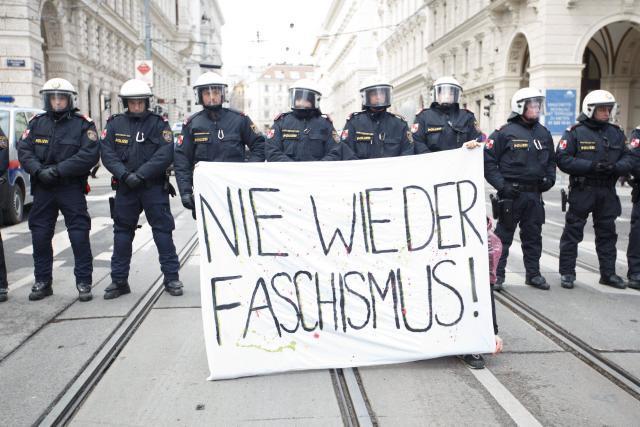 en-images-des-milliers-d-autrichiens-contre-l-arrivee-de-l-extreme-droite-au-gouvernement_0.jpg