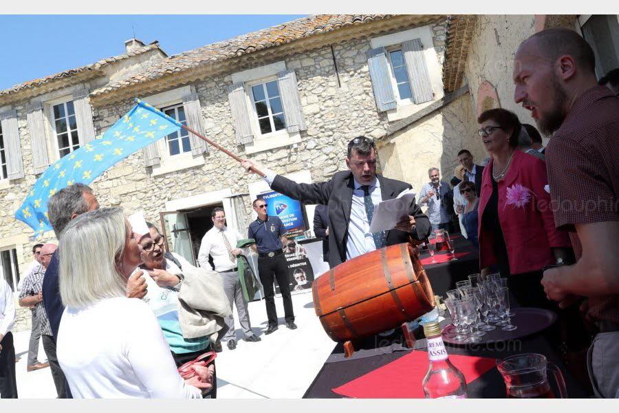 une-centaine-de-nationalistes-de-differentes-mouvances-celebraient-hier-a-villeneuve-lez-avignon-le-150-e-anniversaire-de-charles-maurras-photo-le-dl-angelique-urel-1524397656